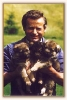 Hermann mit drei putzigen Welpen